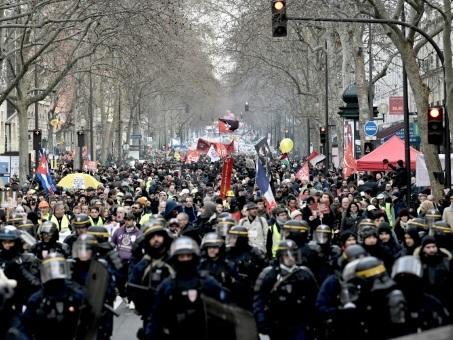 Retraites: le conflit suspendu aux annonces du gouvernement, les opposants dans la rue