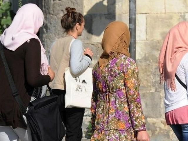 Sorties scolaires : le Sénat vote l'interdiction des signes religieux pour les parents accompagnateurs