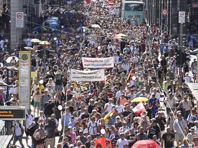 En Allemagne, une manif contre les restrictions liées au Covid-19 rassemble des milliers de personnes