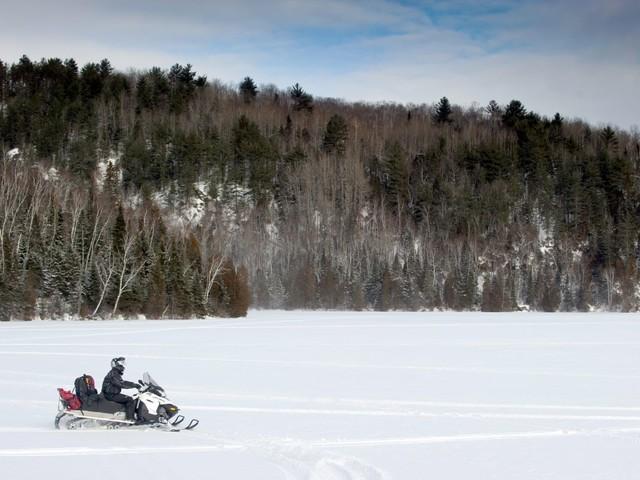 Accident de motoneige au Québec : le premier corps retrouvé a été identifié