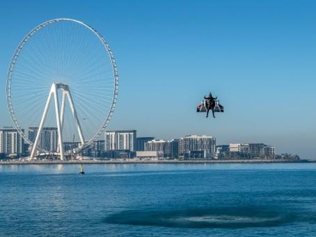 """Vol """"historique"""" de l'""""homme avion"""" dans le ciel de Dubaï"""