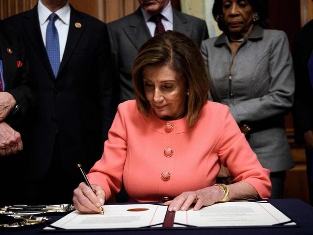 L'acte d'accusation de Donald Trump signé et transmis au Sénat en vue du procès de destitution qui débutera mardi