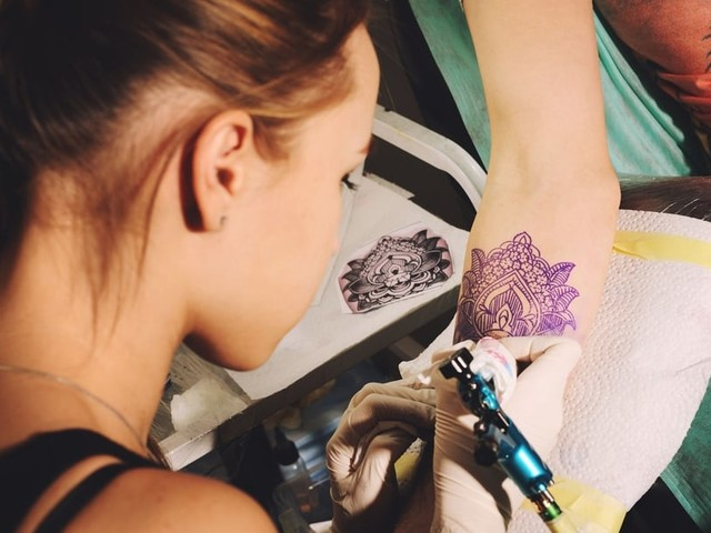 Mon ado veut un tatouage ou un piercing, comment réagir?