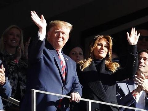 VIDEO. Etats-Unis: Donald Trump ovationné lors d'un match de foot US en Alabama