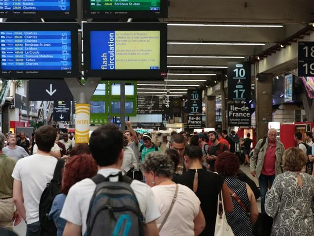 Trafic interrompu à la gare SNCF de Paris-Montparnasse, en plein week-end de chassé-croisé