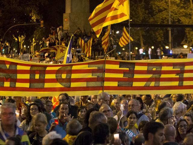 Des centaines de milliers de Catalans manifestent pour la libération de deux chefs indépendantistes