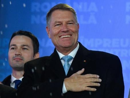 """Klaus Iohannis, le """"pompier"""" qui veut remettre la Roumanie sur les rails"""