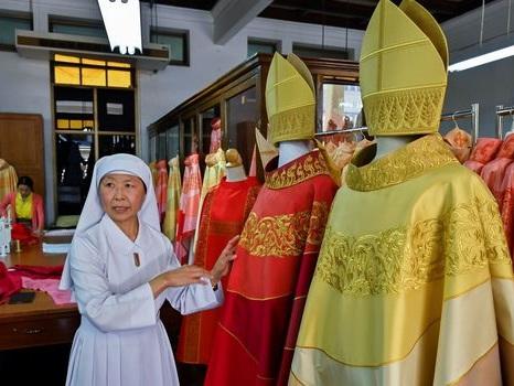 A Bangkok, des petites mains s'affairent pour achever les chasubles en soie du pape