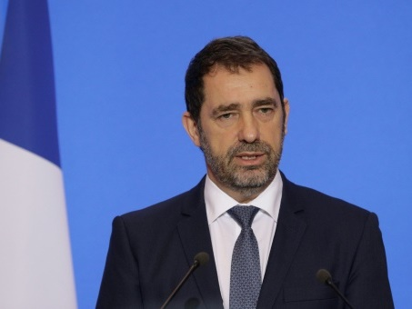 """""""Gilets jaunes"""": attaque d'un fourgon de police à Lyon, une """"violence insupportable"""", selon Castaner"""