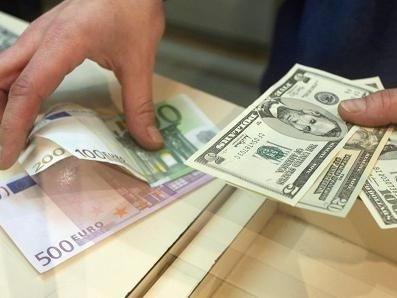 L'euro en hausse face au dollar, la livre surveillée