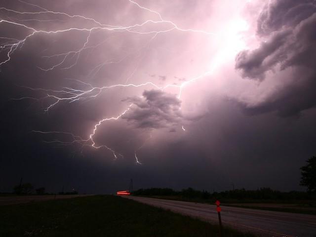 """Météo : quatre départements du Sud placés en vigilance orange """"pluie-inondation"""" et """"orages"""", risque de tornade"""