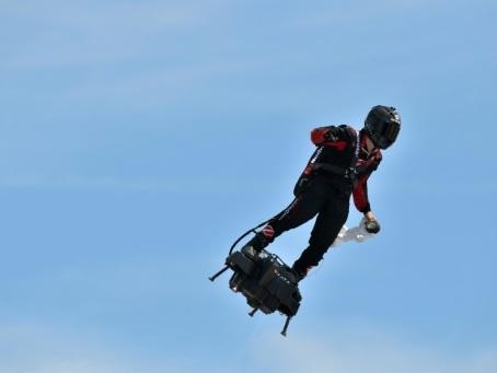 """Défilé du 14 juillet: Franky Zapata dans le ciel sur son """"Flyboard Air"""""""