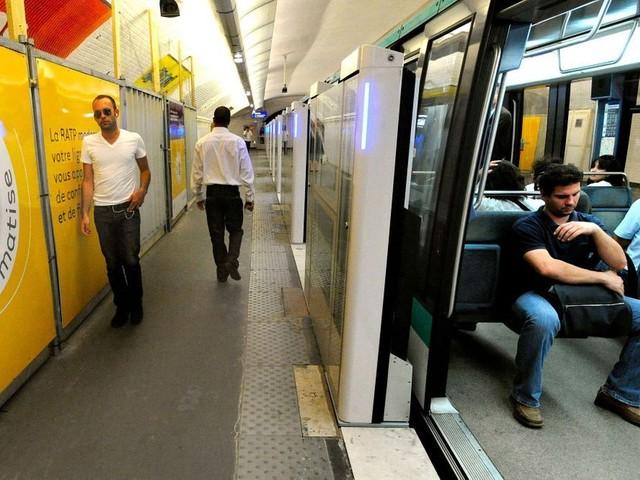 """A Paris, un """"métro fou"""" suscite la polémique"""