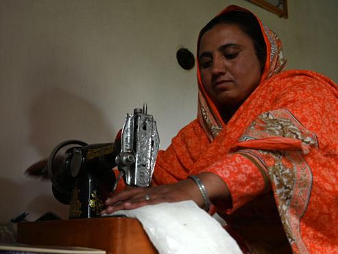 Cette trentenaire pakistanaise confectionne des milliers de serviettes hygiéniques: voici pourquoi c'est une révolution (photos)