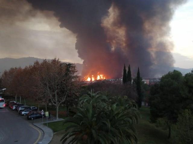 Espagne : énorme incendie dans une usine de produits chimiques au nord de Barcelone