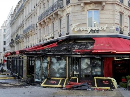 """""""Gilets jaunes"""": Le Fouquet's, pillé et brûlé, restera fermé """"plusieurs mois"""""""
