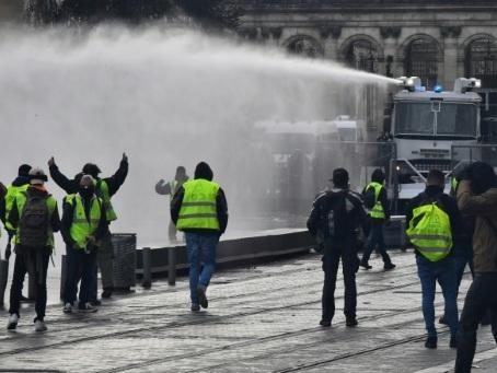 """""""Gilets jaunes"""": 4.000 manifestants à Bordeaux, des heurts"""