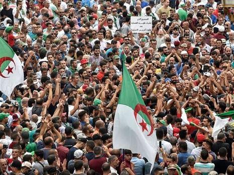 Des milliers de manifestants à Alger pour rejeter le scrutin du 12 décembre prochain
