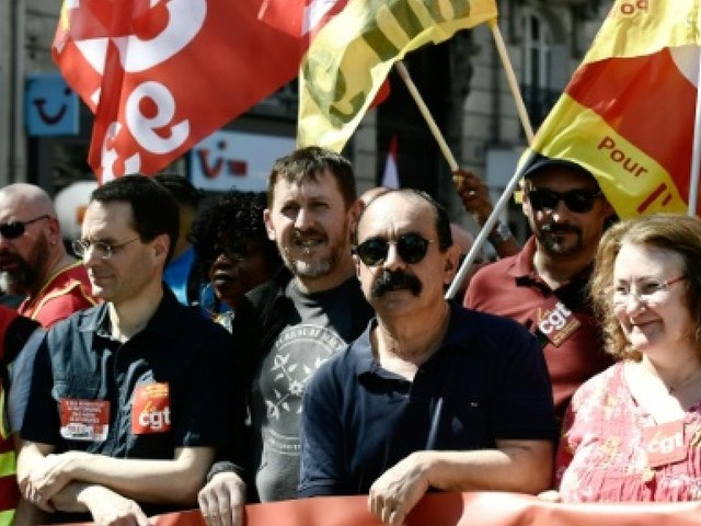 Malmenés, les syndicats français essaient de résister