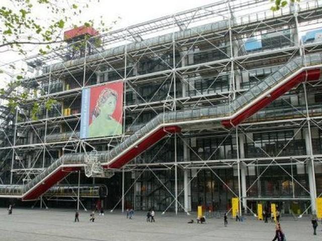 Un tableau de Buren dégradé à coups de cutter au Centre Pompidou à Paris