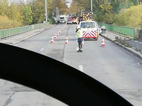 Grave accident ce vendredi entre un bus et deux véhicules sur le pont du chemin de fer à Leuze: une personne a été blessée