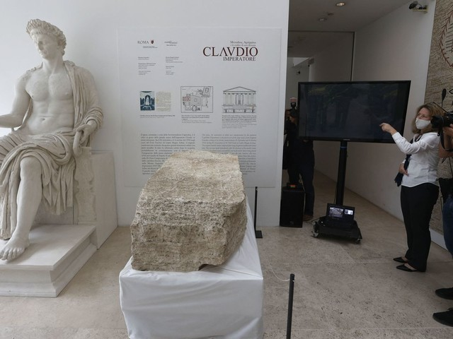 """""""C'est un saut dans le passé"""" : à Rome, des archéologues ont découvert une pierre qui délimitait la ville en 49 après JC"""