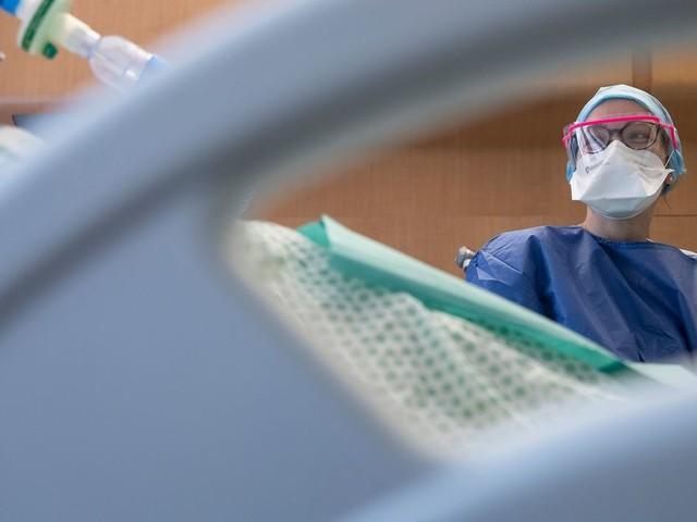 Covid-19: les cas positifs recensés repartent à la hausse, moins de 30.000 hospitalisés