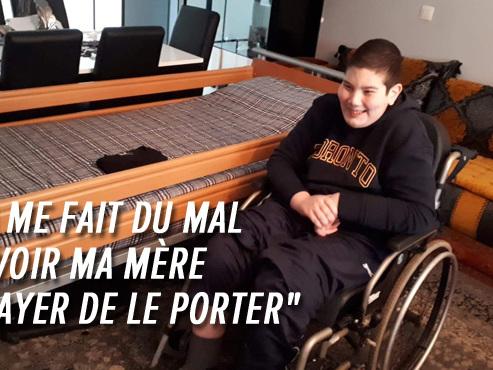 Ali, 19 ans, est en chaise roulante mais sa chambre est à l'étage: il dort dans le salon depuis quatre ans à Schaerbeek