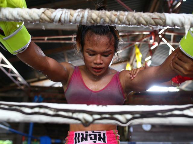 NongRose, boxeuse transgenre, affronte le champion français de boxe thaïe en France, Akram Hamidi, une première