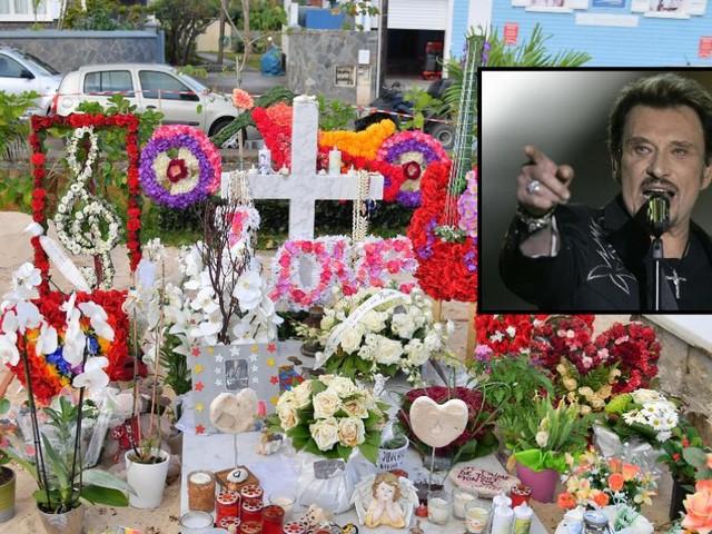 """Le tourisme """"Johnny"""" se met en place: des dizaines de personnes débarquent chaque jour autour de la tombe de la légende du rock à Saint-Bart"""