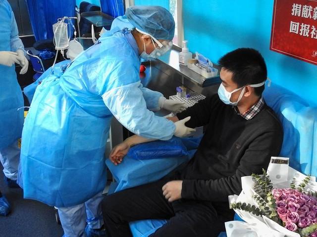 Pour soigner le coronavirus, la Chine fait appel au don de plasma des malades guéris
