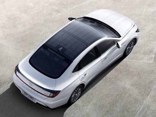 Hyundai lance son 1er véhicule à panneaux solaires