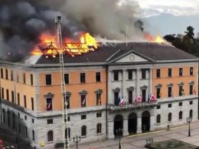 Annecy. La mairie touchée par un impressionnant incendie