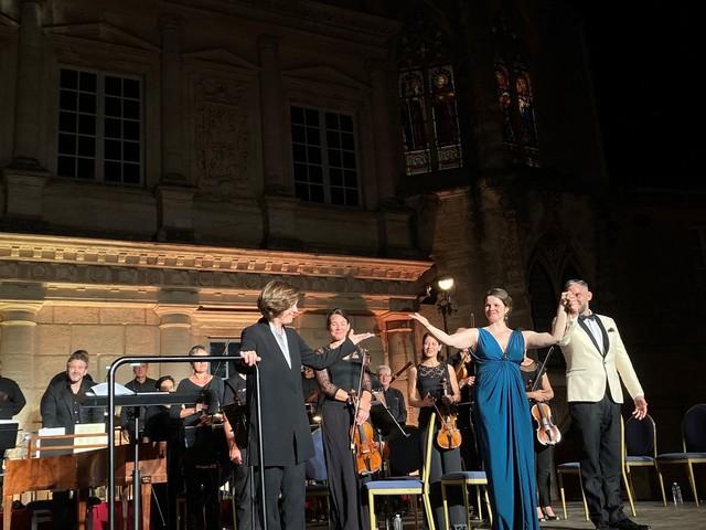 Aux 50e Nuits musicales d'Uzès, un grand festival dans une petite ville, Laurence Equilbey enchante la Cour du Duché avec Mozart
