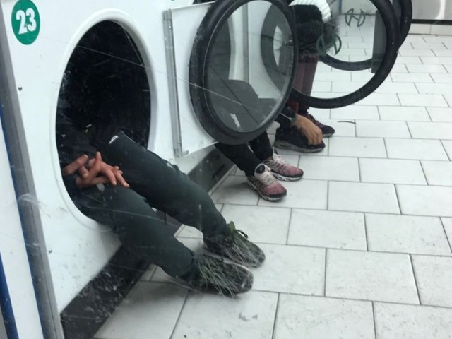 Une photo de mineurs marocains se protégeant du froid dans des tambours de sèche-linge choque la toile