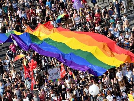 Orban convoque un référendum sur la loi anti LGBT+ critiquée par Bruxelles