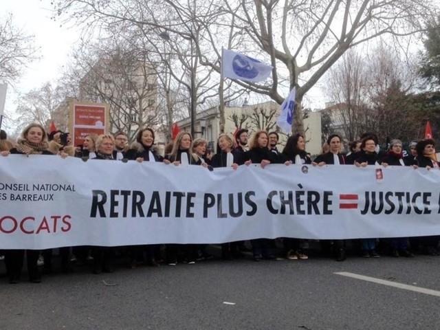 Réforme des retraites en France: la colère des avocats