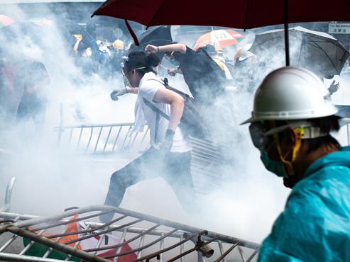 Violents affrontements entre manifestants et policiers à Hong-Kong: le Parlement planche sur une loi pour autoriser les extraditions vers la Chine