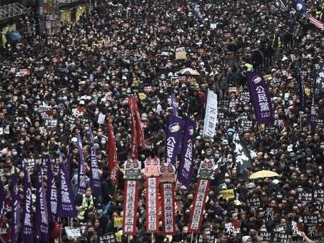 Des dizaines de milliers de manifestants pour le Nouvel An à Hong Kong