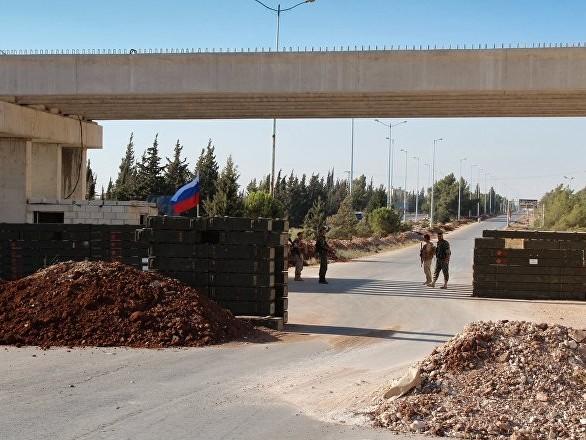 La police militaire russe patrouille la ligne de contact entre les forces syriennes et turques