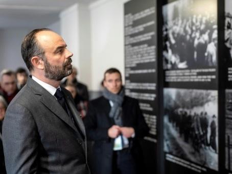 """Auschwitz: le """"choc"""" d'Edouard Philippe face à une """"radicale part d'inhumanité"""""""