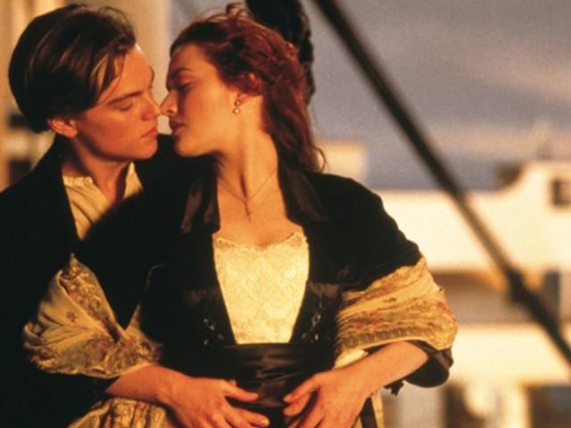 À cause du Covid-19, vous verrez moins de baisers et de bagarres au cinéma