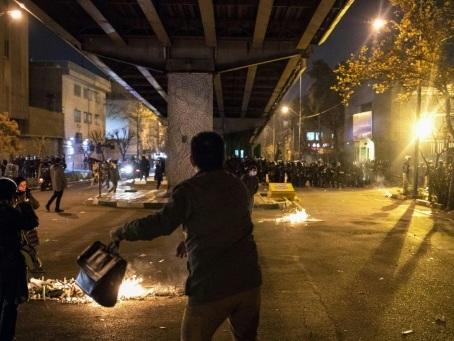 Tirs de grenades lacrymogènes lors de manifestations en Iran (réseaux sociaux)