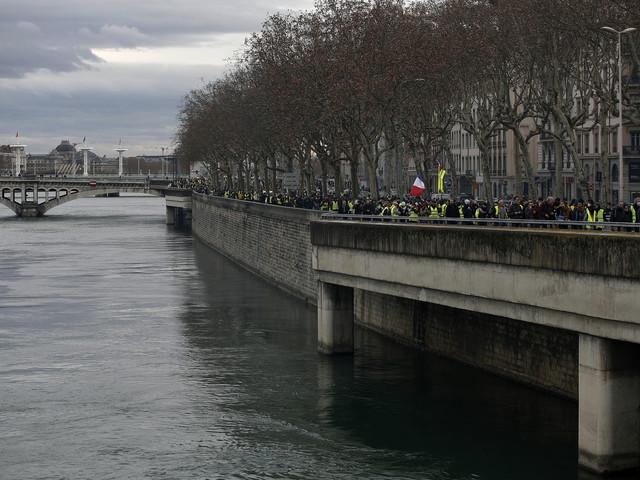 """Fourgon de policiers attaqué à Lyon : """"J'ai su garder mon sang-froid"""", témoigne l'un d'entre eux"""
