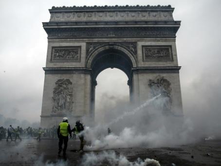 """Il y a un an, la manifestation des """"gilets jaunes"""" secoue Paris et le maintien de l'ordre"""