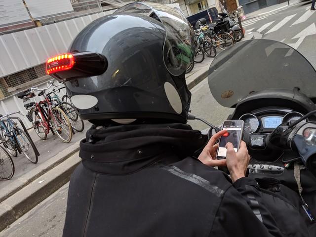 Test Cosmo Connected : un feu arrière amovible connecté pour casque moto