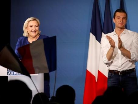 """Le Pen appelle les """"gilets jaunes"""" à voter pour le RN et tance LFI, """"la France islamiste"""""""