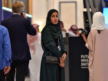 A un forum à Ryad, les femmes d'affaires étrangères délaissent l'austère abaya noire