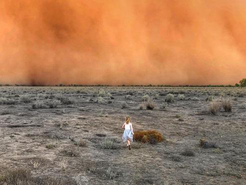 Une succession de phénomènes climatiques extrêmes en Australie: tempête de poussière et averse de grêle
