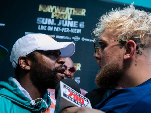 Boxe : Floyd Mayweather s'emporte et se bat contre Jake Paul [Vidéos]